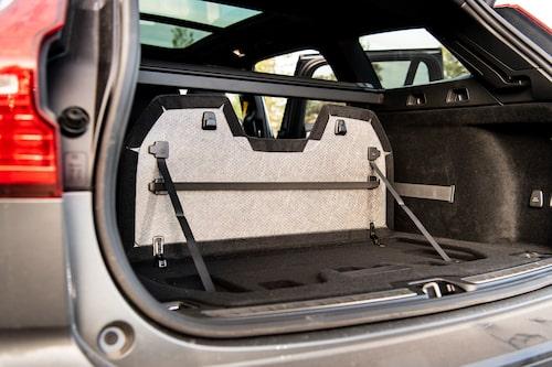 Smart uppfällbar skiljevägg i bagageutrymmet. Testets enda bil utan tredelat baksäte.