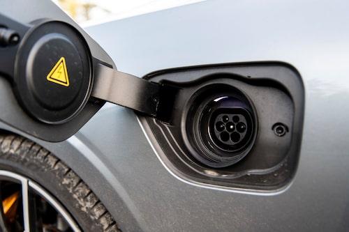 Volvo skickar med en laddsladd till vanlig stickkontakt. Vill du ladda vid publika stolpar kostar Typ 2-kabel från 2 325 kr.