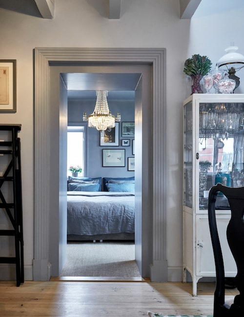 Dörrfodret är gjort som en smyckande inramning till sovrummets dörröppning, och sattes in av den förra ägaren. Calle och Thomas tycker att det känns som art déco och gillar stilblandningen i våningen. På golvet i sovrummet ligger en sisalmatta.