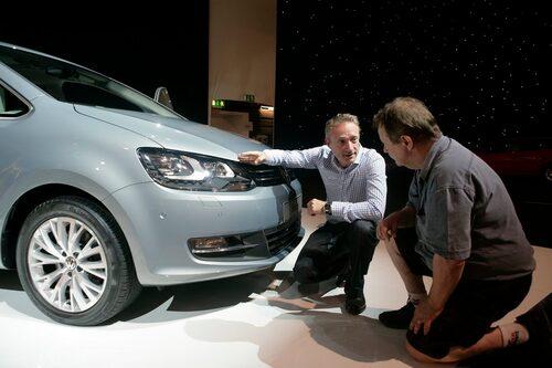 Teknikens Världs PeO Kellström (till höger) i samspråk med designern bakom nya Volkswagen Sharan – svensken Martin Kropp.