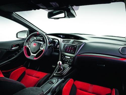 Interiört känner vi igen oss, men rejält skålade stolar och andra detaljer gör nya Civic Type R till en bil som vill smiskas på en kurvig bana. Nürburgring-rekord på gång?