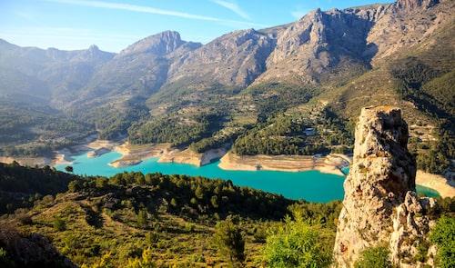 Den naturliga vattenreservoarens azurblå vatten i Guadalest är ett måstestopp på resan.