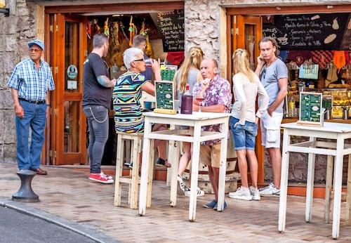 """På """"tapasgatan"""" Calle Santa Domingo serveras spanska smårätter på löpande band."""