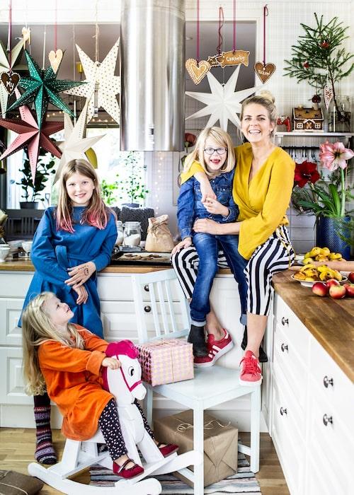My med barnen Lykke, Cornelis och Ingrid bakar gärna tillsammans.