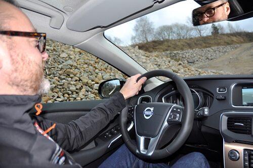 Hedberg styr med van hand en Volvo.