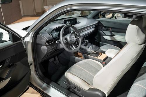 Utställningsbilen visar MX-30:s riktiga interiör. Svävande mittkonsol och ingen B-stolpe.