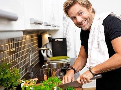 <p>Niclas Wahlgren tycker om att bjuda p&aring; middag.</p>
