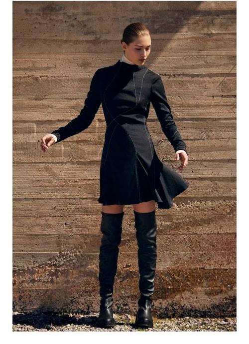 Klänning med ståkrage.