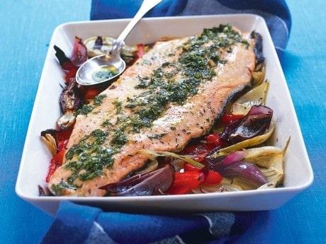 Fördela örtröran över fisken och servera.