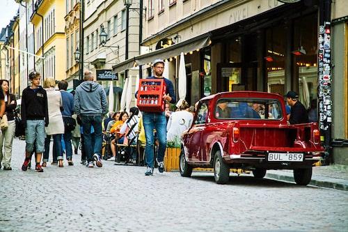 Med en Mini pickup behöver man inte leta efter någon lastkaj, det går lätt och smidigt att köra ända fram till porten även på de minsta gatorna i Gamla Stan i Stockholm. Men det blir många vändor, flaket är litet och sväljer inte många kollin.