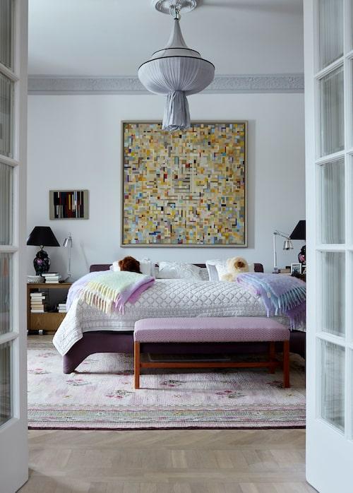 """""""Sovrummets vita väggar kommer snart att få en ton av lingon och mjölk"""", berättar Grete. Hon vill matcha taft-gardinerna som går i kallt rosa. Överkastet kommer från Zara home liksom de pastelliga mohairplädarna. Den handsydda taklampan i siden är från Dis och den gigantiska ullmattan i rosa är Kents förvärv."""