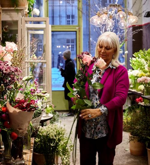 """""""Jag kan inte leva utan blommor"""", säger Grete och smiter in på Bruun blommor på Karlavägen. Hon plockar några stora rosor från Ecuador och vårliga syrenkvistar och låter Krister binda en vacker bukett. Sådärja, fredags-blommorna är fixade!"""