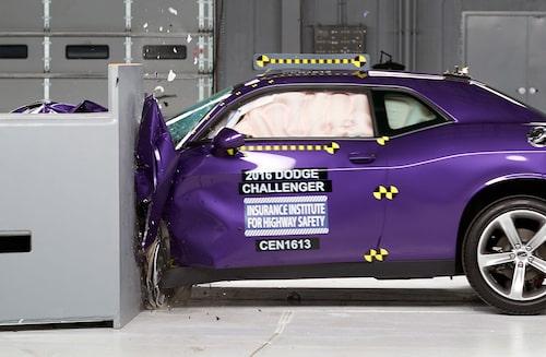 Dodge Challenger i frontalkrocktest med liten överlappning.