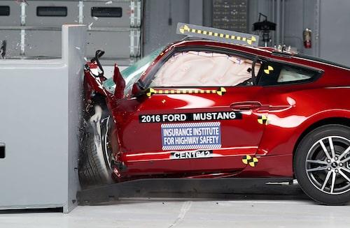 Ford Mustang i frontalkrocktest med liten överlappning.
