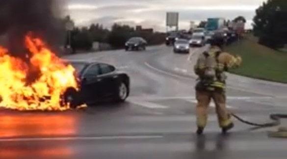 Tesla Model S brinner