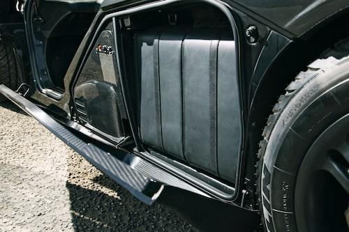 Framför bakhjulen finns på bägge sidor relativt stora lastutrymmen, här är det vänstra fyllt med de snygga läderväskorna som följde med bilen.