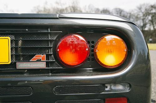 F1-logotypen är nog det enda på bilen som verkligen andas tidigt 1990-tal. Skicket på vår bil är att betrakta i likhet med nyskick.
