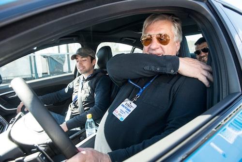 Vår rallyvärldsmästare Kalle Grundel döljer ansiktet för fartkamerorna – trots att de saknas...