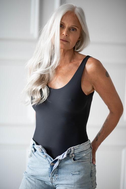När Shama Persson slutade att färga sitt grå hår ledde det till en ny karriär som modell.