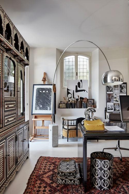 I arbetsrummet samsas ett handgjort marockanskt skåp och skrivbord från 70-talet. Papperskorg och boxar från Malenes Décor collection 2018.