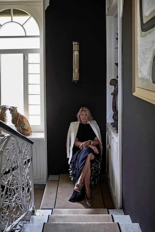 Livet som konsult inom inredning, konst och design passar Malene Birger perfekt, här i sällskap av två 80-talsleoparder.