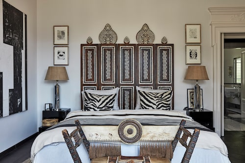 Både sänggaveln och zebrakuddarna är Malene Birgers egen design, från hennes Décor collection 2014. Bänken framför sängen är av Carlo Bugatti. Sängbord i art deco från Belgien och sänglampa med silverfot från Los Angeles.