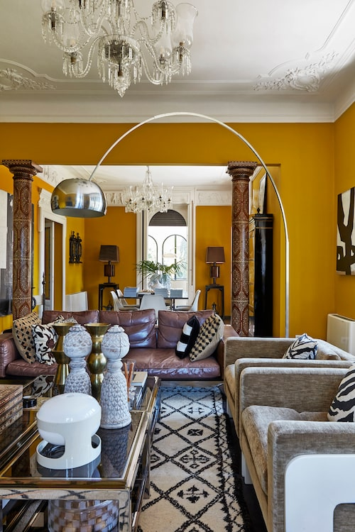 Mellan matsalen och vardagsrummet står ett kolonnpar från Indien. Golvlampa Arco av Achille Castiglioni. Soffborden i glas och metall är från Malenes inredningskollektion från 2014, bordslampa Joe Colombo.