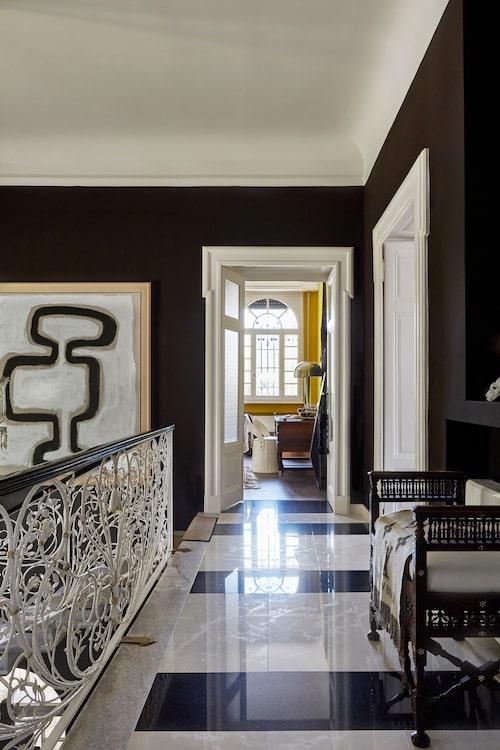 På väggen i den övre hallen syns ett verk av Malene Birger. Trappräcket är original men ommålat.