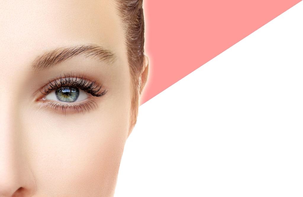Lash lift innebär att man fäster fransar strå för strå på en silikonplatta ovanpå dina ögonlock.