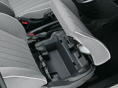 Smart bagagefack under passagerarstolen är extrautrustning som kan behövas i den lilla bilen.