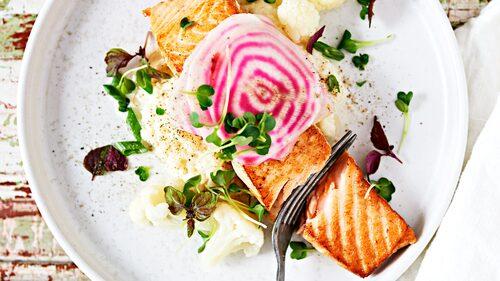 Recept på bräckt lax med blomkålspuré och citronpicklad polkabeta.