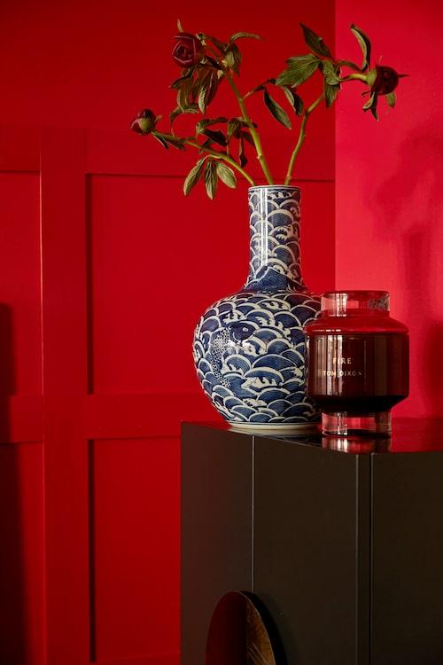 Blåvit vas, NK Newport, rött doftljus och matta, Tom Dixon