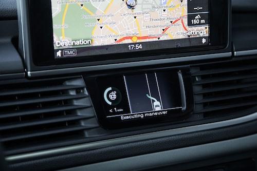 Skärmen på mittkonsolen visar vad bilen tänker göra och hur länge den klarar av att köra själv.