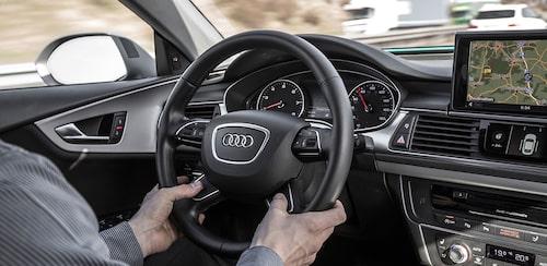 De två knapparna på ratten måste tyckas ner samtidigt för att aktivera autopiloten.