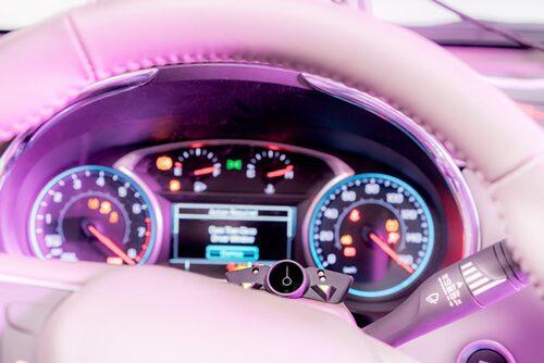 Sensorn kan placeras på rattstången och kontinuerligt analysera förarens utandningsluft.