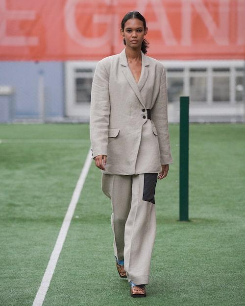 Ganni visade prov på kostymer i linne inför våren 2020.