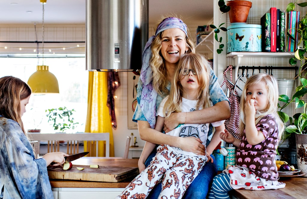 """My Feldt med sina tre barn. Bild ur boken """" """"Blåbärssnår, äppelskrutt och rabarberskugga:  Bakning och känslor genom naturen"""""""