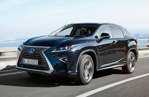 Lexus fortsätter med den aggressiva designen de började med i och med NX i fjol. Nytt är den svävande taklinjen vid C-stolpen.