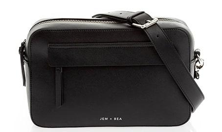 En skötväska behöver inte vara så stor, bara den rymmer ett skötunderlägg, blöjor och våtservetter.