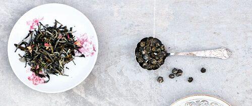 Vitt te och jasminpärlor.