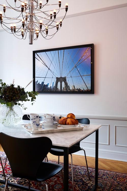 """Tavlan är ur Roys bok Sweet spots of New York, och är taget av Wolfgang Kleinschmidt. """"Jag har lekt lite med bilden för att få en 3D-känsla"""", säger Roy. Marmorbordet har Roy designat; en svetsare har gjort underredet. Takkrona, design Gino Sarafatti, från Flos och servis Royal Copenhagen."""