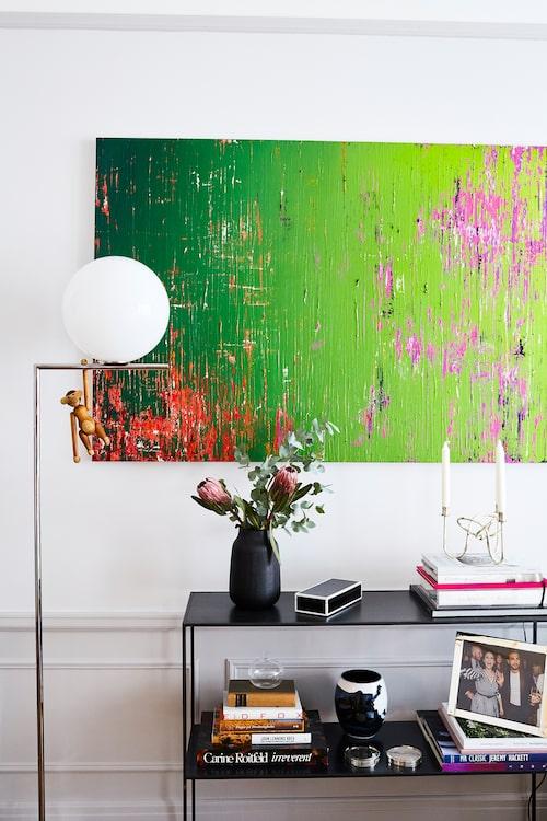 Över ett sideboard från Posh living hänger ett verk signerat super-mäklaren Fredrik Eklunds pojkvän Derek Kaplan, som är konstnär i New York. Lampa av Flos, Växjö elektriska.