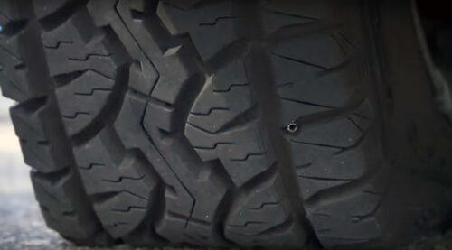 Här ser vi hur ett spik har fastnat i ett punkterat däck.