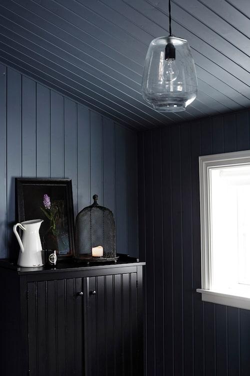 Entrén med dovt blå väggar, och ett skåp från Ikea som Rut gillade för att det nästan såg ut som ett auktionsfynd.