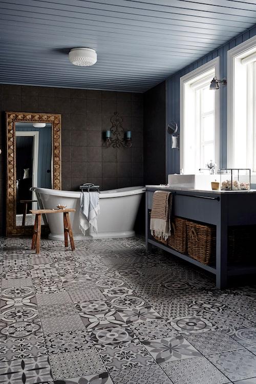 I det marockanskt inspirerade badrummet valde Rut klinker med tolv olika mönster som hon sedan spred ut slumpvist.