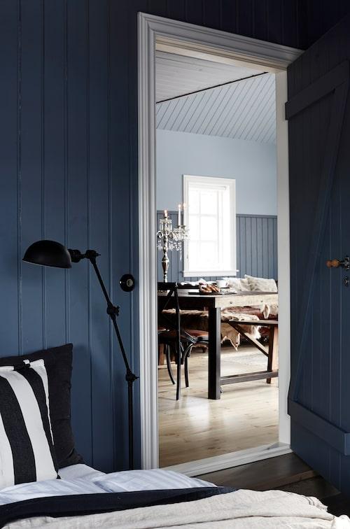 En vy från sovrummet in mot köket/vardagsrummet. För färg i sovrummet valde Rut en nyans av blått som är husets mörkaste.