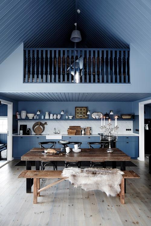 Mycket inspiration hämtade Rut från öns äldre träkyrkor, här synligt i balustraden till loftet.