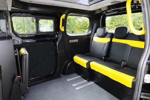 Nissan NV200 i Londonutförande kan ge plats åt totalt fem vuxna, där tre är vända framåt och två bakåt.