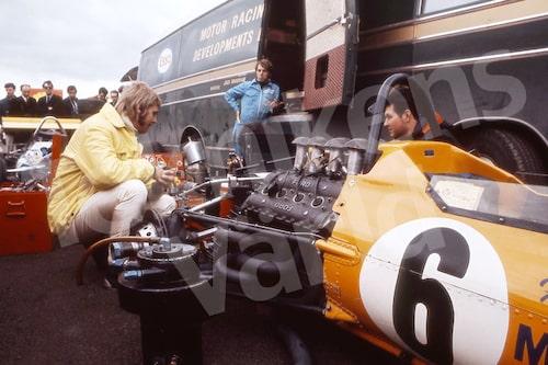 Bild 5. Reines första Formel 1-körning skedde våren 1970 i en McLaren M7A. Mått 70 x 50 cm.