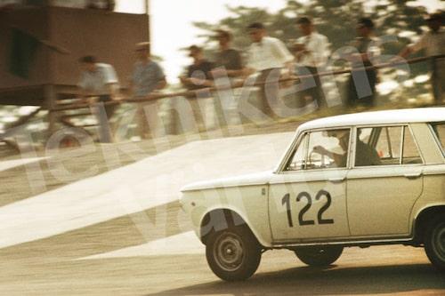 Bild 12. På danska Roskilde Ring kördes det racing mellan 1955 och 1968. På sista tillställningen, Scalextric-Löbet, för Formel 3 slog Reine till med banrekordet på 42 sekunder blankt. Mått 50 x 35 cm.